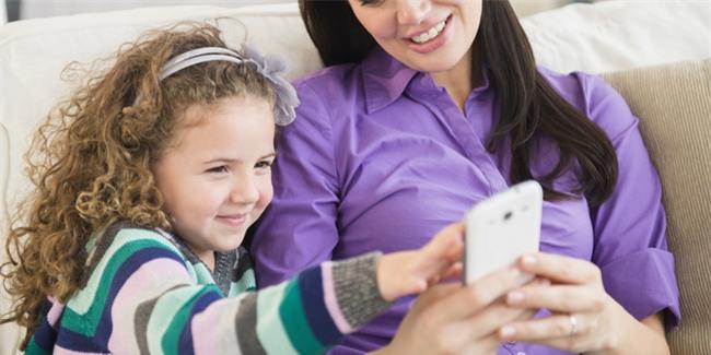 Khoa học chứng minh: Bố mẹ ít dùng điện thoại, nói chuyện nhiều với con sẽ giúp trẻ học ngôn ngữ nhanh hơn - Ảnh 3.