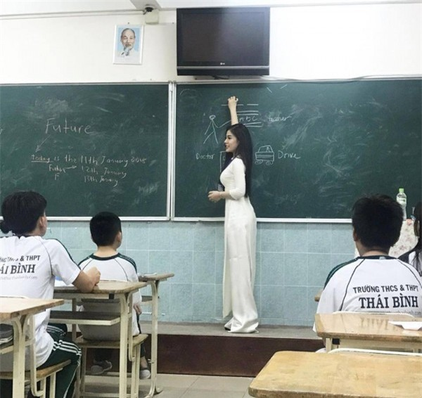 Cô giáo tiếng Anh siêu gợi cảm, giỏi 3 thứ tiếng biết chơi 4 nhạc cụ-1