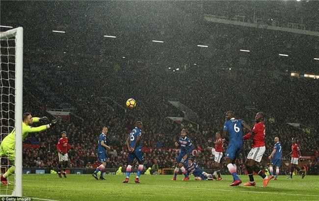 Man Utd thắng 3 sao, rút ngắn cách biệt với Man City xuống 12 điểm - Ảnh 4.