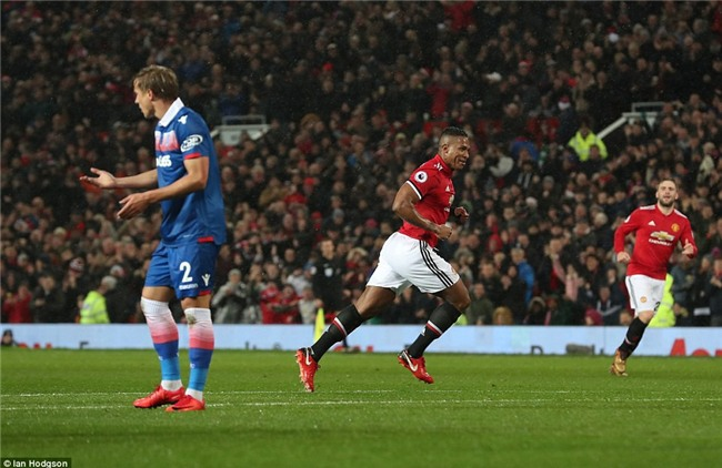 Man Utd thắng 3 sao, rút ngắn cách biệt với Man City xuống 12 điểm - Ảnh 5.
