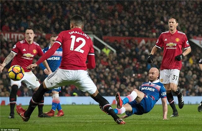 Man Utd thắng 3 sao, rút ngắn cách biệt với Man City xuống 12 điểm - Ảnh 6.
