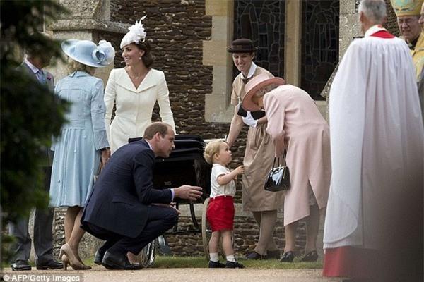Cách vợ chồng Hoàng tử William thể hiện tình yêu và che chở con được các chuyên gia hết lời khen - Ảnh 3.