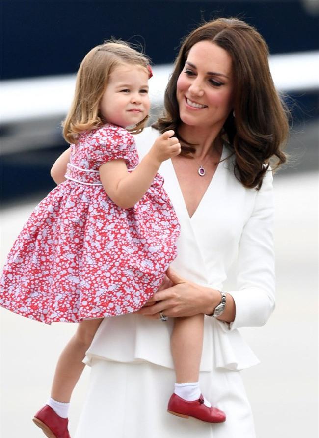 Cách vợ chồng Hoàng tử William thể hiện tình yêu và che chở con được các chuyên gia hết lời khen - Ảnh 4.