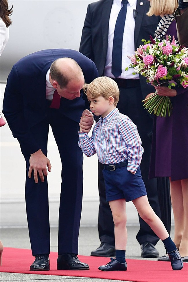 Cách vợ chồng Hoàng tử William thể hiện tình yêu và che chở con được các chuyên gia hết lời khen - Ảnh 6.