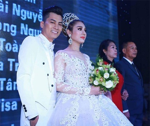 """lam khanh chi dep muot mat khoe nguc day trong """"dam cuoi the ky"""" hinh anh 12"""