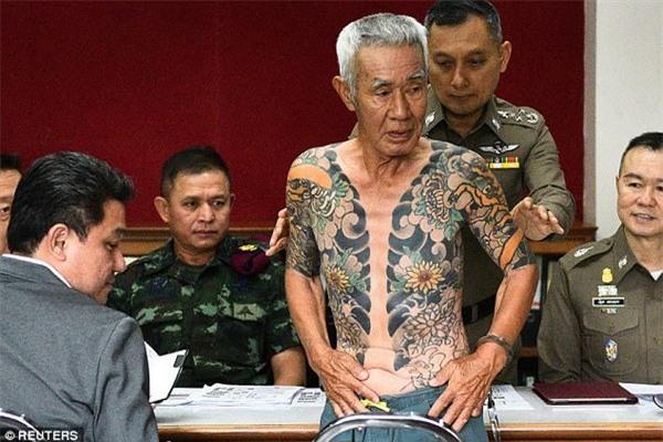 Shigeharu Shirai đang bị cảnh sát Thái Lan khám xét