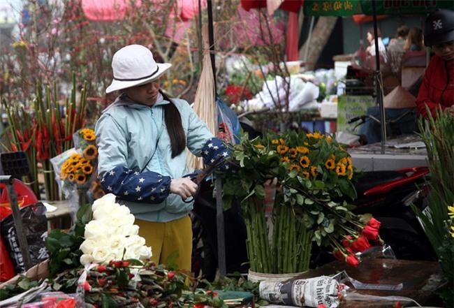 Hà Nội: Ngày mùng 1 âm lịch cuối cùng trong năm, hoa tươi đắt hàng - Ảnh 1.