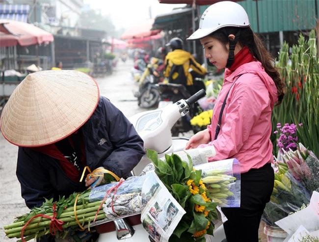 Hà Nội: Ngày mùng 1 âm lịch cuối cùng trong năm, hoa tươi đắt hàng - Ảnh 10.