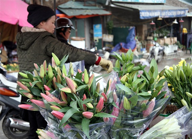 Hà Nội: Ngày mùng 1 âm lịch cuối cùng trong năm, hoa tươi đắt hàng - Ảnh 2.