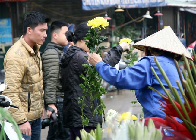 Hà Nội: Ngày mùng 1 âm lịch cuối cùng trong năm, hoa tươi đắt hàng - Ảnh 3.