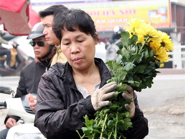 Hà Nội: Ngày mùng 1 âm lịch cuối cùng trong năm, hoa tươi đắt hàng - Ảnh 4.