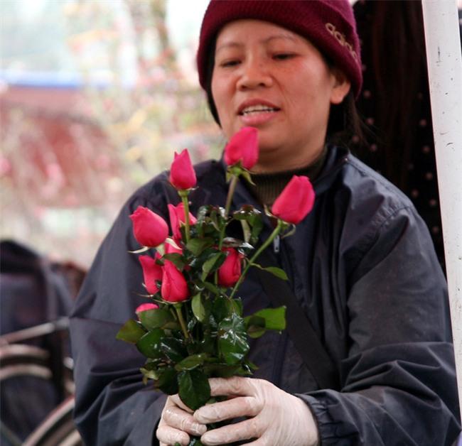 Hà Nội: Ngày mùng 1 âm lịch cuối cùng trong năm, hoa tươi đắt hàng - Ảnh 5.