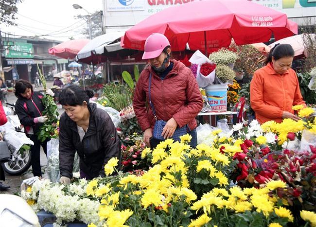 Hà Nội: Ngày mùng 1 âm lịch cuối cùng trong năm, hoa tươi đắt hàng - Ảnh 6.
