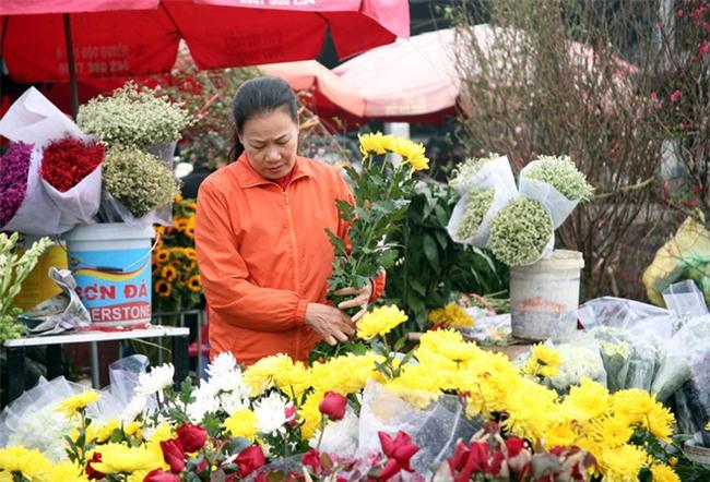 Hà Nội: Ngày mùng 1 âm lịch cuối cùng trong năm, hoa tươi đắt hàng - Ảnh 8.