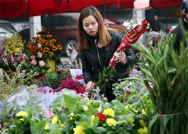 Hà Nội: Ngày mùng 1 âm lịch cuối cùng trong năm, hoa tươi đắt hàng - Ảnh 9.