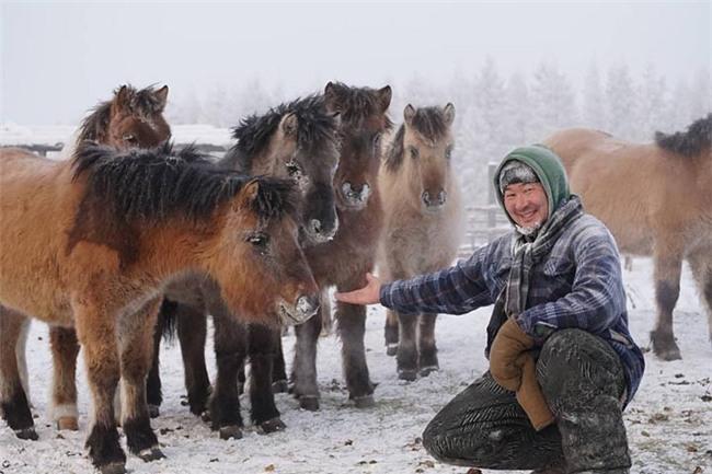 Bất chấp trời lạnh -60 độ C tại ngôi làng lạnh nhất thế giới, nhóm du khách Trung Quốc trút bỏ quần áo, bơi lội vui vẻ - Ảnh 9.