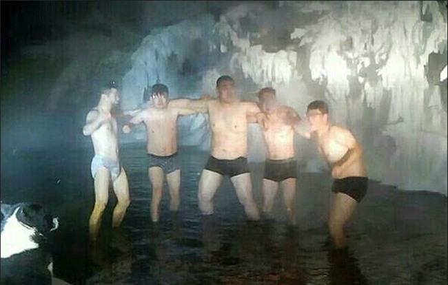 Bất chấp trời lạnh -60 độ C tại ngôi làng lạnh nhất thế giới, nhóm du khách Trung Quốc trút bỏ quần áo, bơi lội vui vẻ - Ảnh 2.