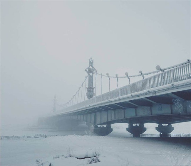 Bất chấp trời lạnh -60 độ C tại ngôi làng lạnh nhất thế giới, nhóm du khách Trung Quốc trút bỏ quần áo, bơi lội vui vẻ - Ảnh 3.