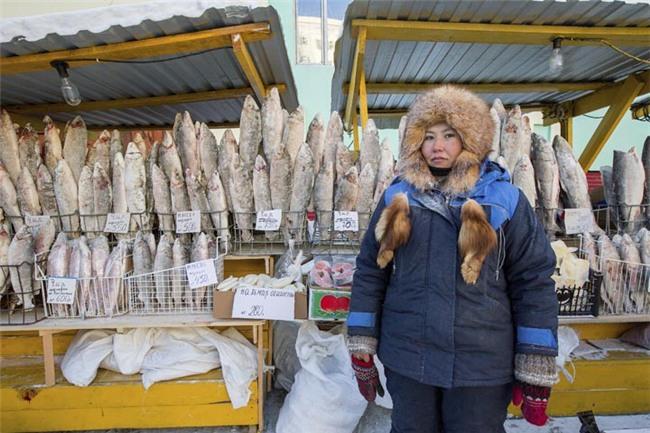 Bất chấp trời lạnh -60 độ C tại ngôi làng lạnh nhất thế giới, nhóm du khách Trung Quốc trút bỏ quần áo, bơi lội vui vẻ - Ảnh 4.