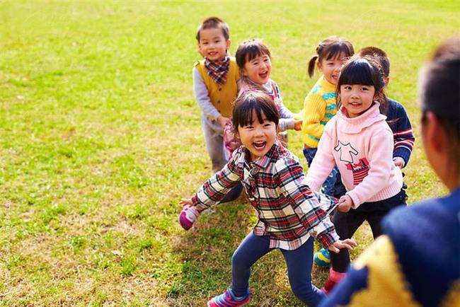 Bố mẹ đừng bao giờ giúp con những việc này, vì trẻ hoàn toàn có thể tự làm - Ảnh 3.