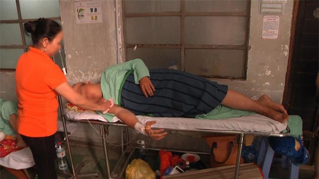 """Vụ thanh niên 17 tuổi bị cứa rách mông khi đi vệ sinh: """"Nạn nhân nặng đến 100kg nên bồn cầu bị bể"""" - Ảnh 1."""