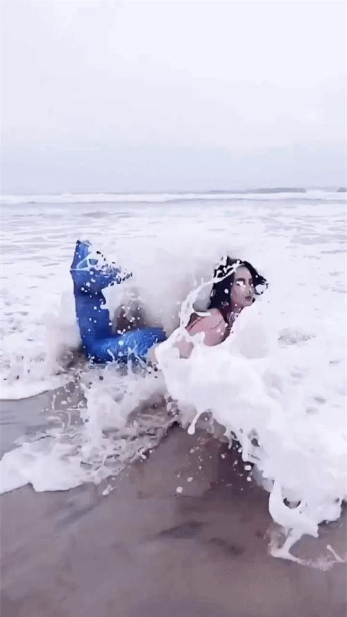 Sóng đánh mạnh thế này có thấy đau không hỡi nàng tiên cá mắc cạn Angela Phương Trinh? - Ảnh 3.