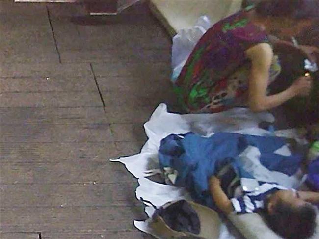 Cận cảnh mẹ ẵm con ăn xin, hít ma túy ở khu phố Tây - Ảnh 1.