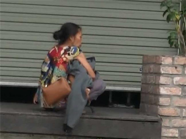 Cận cảnh mẹ ẵm con ăn xin, hít ma túy ở khu phố Tây - Ảnh 2.