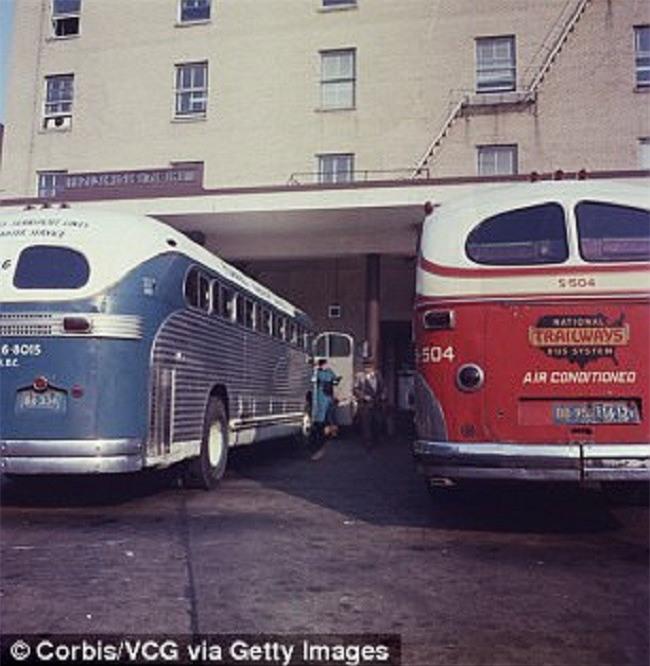 Bà mẹ vô tư tin tưởng cho người lạ bế con ở bến xe buýt để rồi suốt 35 năm sau phải hối hận khôn nguôi - Ảnh 2.