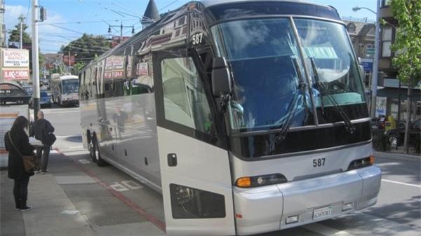 Một trong những chiếc xe buýt được Apple sử dụng để vận chuyển nhân viên từ nhà đến nơi làm việc và ngược lại