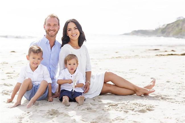 Vợ chồng Nick Vujicic nay đã có 4 con, hạnh phúc khoe hai con gái song sinh 4 tuần tuổi đáng yêu hết nấc - Ảnh 1.
