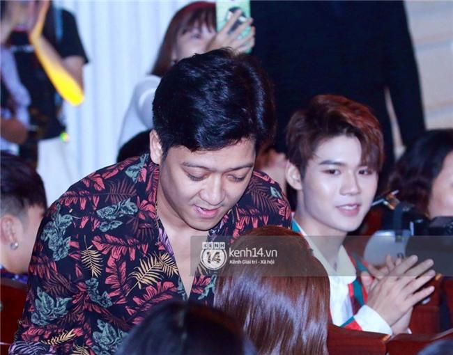 HOT: Trường Giang bất ngờ cầu hôn Nhã Phương ngay tại lễ trao giải Mai Vàng trước hàng nghìn khán giả - Ảnh 3.