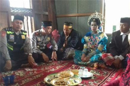 Người làng bắt gặp đang ở cùng nhau trong vườn chôm chôm, hai thanh niên trẻ tuổi bị ép làm đám cưới trong một nốt nhạc - Ảnh 1.