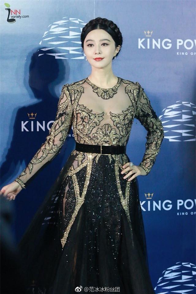 Ngọc nữ của màn ản Hoa ngữ diện một chiếc đầm vừa gợi cảm vừa thanh lịch.