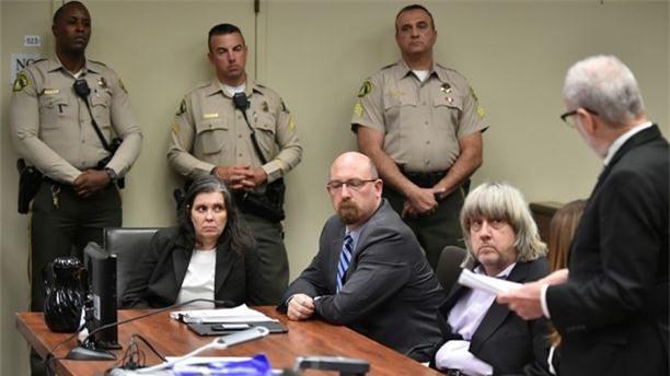 Bản án dành cho cặp vợ chồng quỷ dữ nhốt 13 con trong nhà: Nếu bị kết tội, họ có thể phải ngồi tù 94 năm - Ảnh 2.