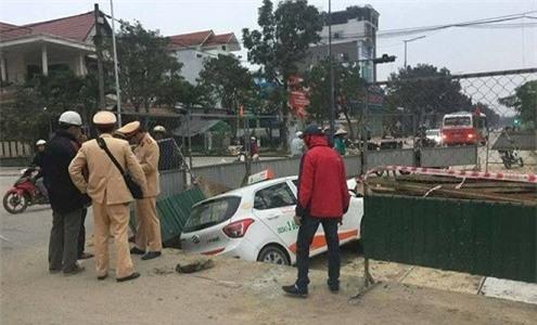Taxi lao xuống hố công trình, tài xế nhập viện cấp cứu - Ảnh 1.