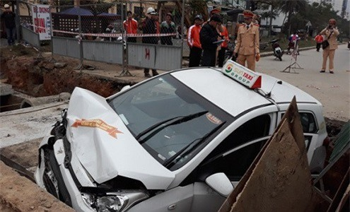 Taxi lao xuống hố công trình, tài xế nhập viện cấp cứu - Ảnh 2.