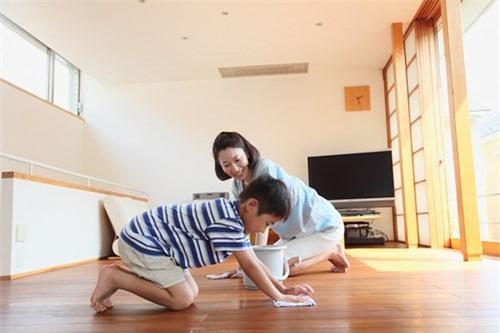 Trả tiền cho trẻ làm việc nhà: Đừng làm hư con! - Ảnh 1.
