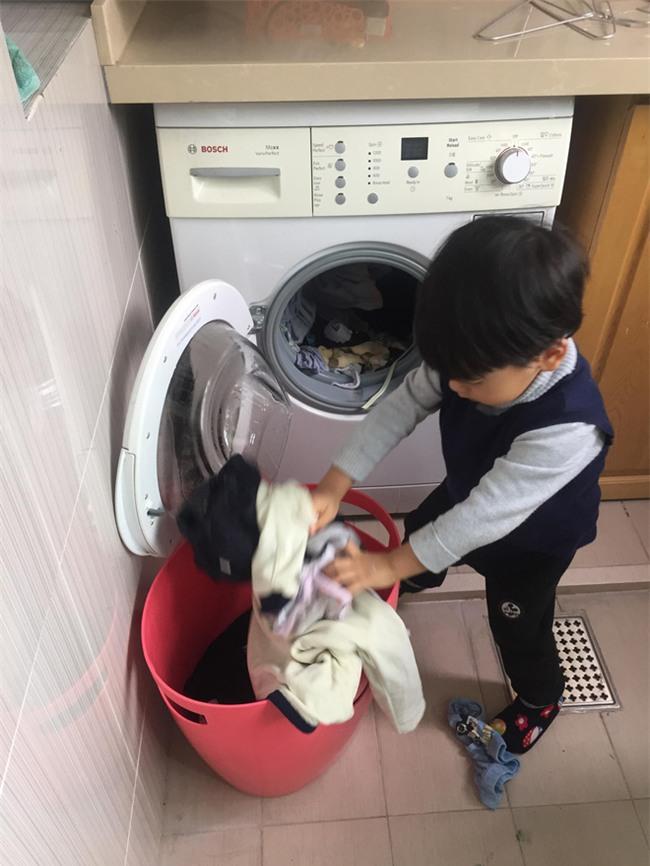 Cậu bé 3 tuổi biết rán bánh ngon ơ nhờ mẹ Mìn rèn làm việc nhà từ lúc tập đi - Ảnh 4.