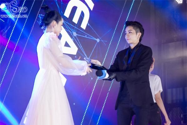 Hát live chênh phô, Chi Pu vẫn giành giải Ca sĩ đột phá của năm-5