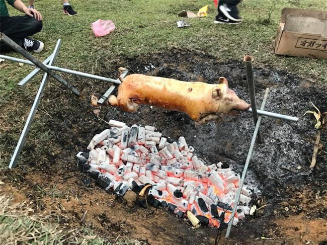 Khi bạn thèm lợn quay và trổ tài bắt chước đầu bếp siêu đẳng trên Youtube, kết quả có thể thảm hại thế này đây - Ảnh 16.