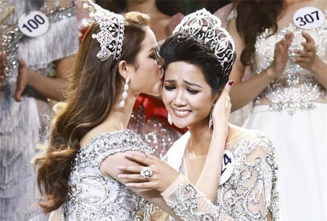 Kể từ khi đăng quang, từ Hoa hậu HHen Niê cho đến 2 Á hậu Hoàn vũ cứ mải miết dùng lại đồ cũ - Ảnh 1.