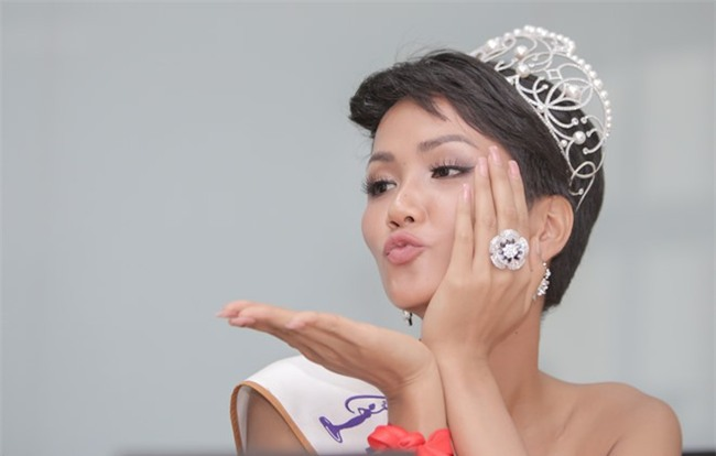 Kể từ khi đăng quang, từ Hoa hậu HHen Niê cho đến 2 Á hậu Hoàn vũ cứ mải miết dùng lại đồ cũ - Ảnh 2.