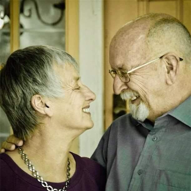 Chồng đau đớn thực hiện di nguyện của vợ, 1 năm sau đó, ông bật cười vì hóa ra đã bị bà chơi khăm - Ảnh 2.