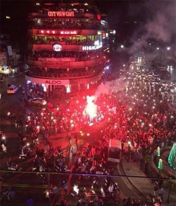 Cả nước vỡ òa với chiến tích lịch sử của U23 Việt Nam - Ảnh 1.