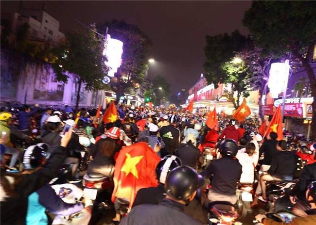 Cả nước vỡ òa với chiến tích lịch sử của U23 Việt Nam - Ảnh 10.