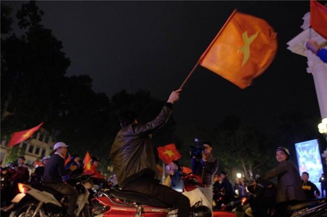 Cả nước vỡ òa với chiến tích lịch sử của U23 Việt Nam - Ảnh 4.
