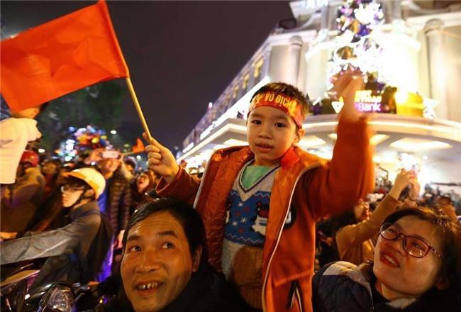Cả nước vỡ òa với chiến tích lịch sử của U23 Việt Nam - Ảnh 8.