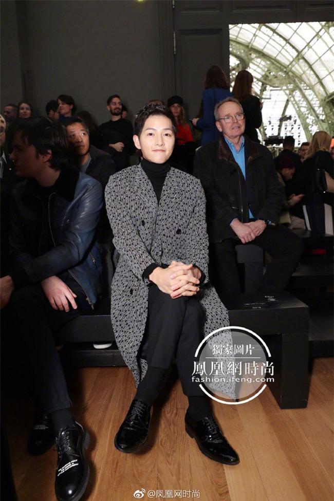 Lâu lắm mới thấy xuất hiện, Song Joong Ki lại khiến người ta trầm trồ vì diện đồ còn đẹp hơn người mẫu tại show Dior - Ảnh 2.