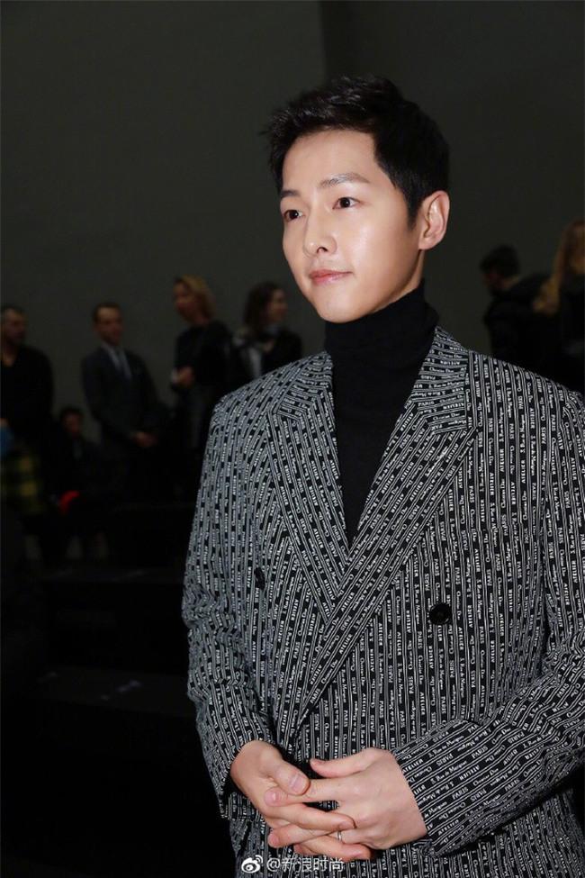 Lâu lắm mới thấy xuất hiện, Song Joong Ki lại khiến người ta trầm trồ vì diện đồ còn đẹp hơn người mẫu tại show Dior - Ảnh 3.